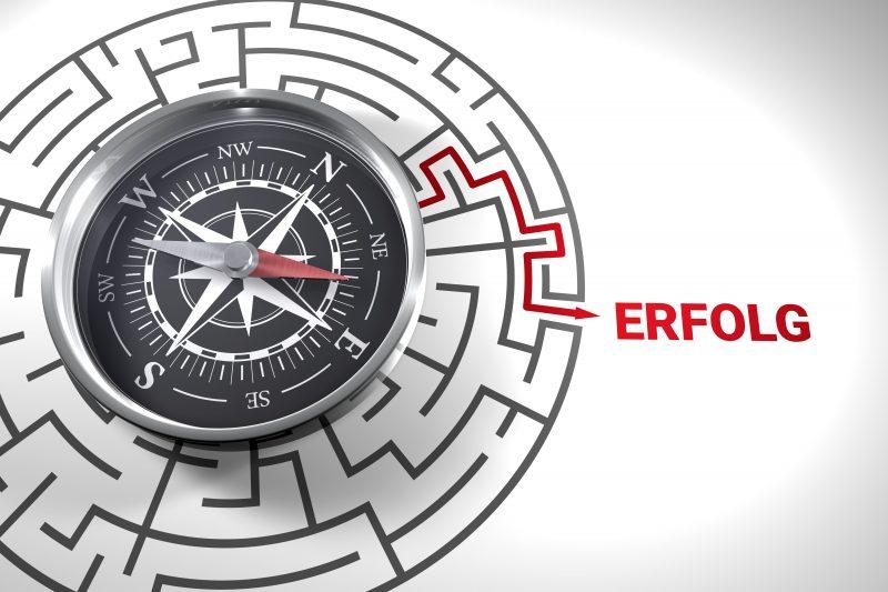 3D Kompass mit Weg zum Erfolg